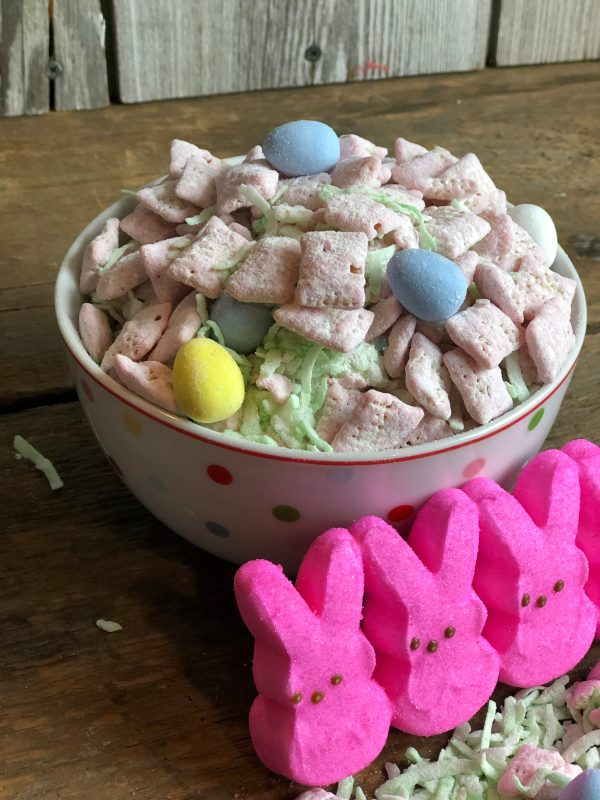 Easter Bunny Chow from Farmwife Feeds - Muddy Buddies, Puppy Chow - call it what you want, I'll call it delicious! #recipe #chexmix #puppychow