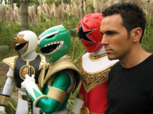 O Power Ranger Verde quebrou o recorde mundial de quebrar pranchas de madeira enquanto voa
