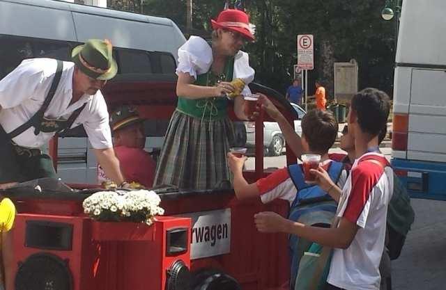Bierwagem distribui chope para crianças (Foto enviada por leitor ao Farol)
