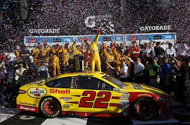 Joey Logano festeja com a equipe a primeira vitória em uma Daytona 500 na carreira (Kansas City)