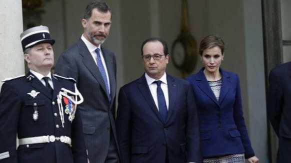 O Rei Felipe VI (de barba, a esquerda) visitava a França junto da mulher, a Rainha Letizia (dir) quando soube da tragédia. O casal reuniu-se nesta tarde com o presidente francês, François Hollande (centro) para definir rumos da investigação e operações (Reuters)