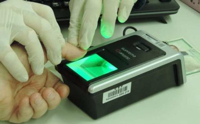 Blumenauense faz cadastro biométrico (Jaime Batista)