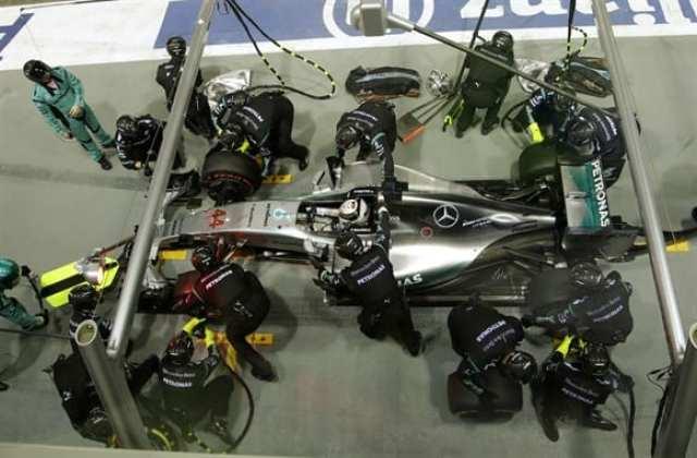 Hamilton nos boxes. Esperava-se que o inglês igualasse o número de vitórias de Senna. Largou apenas em quinto, passou a corrida desaparecido e abandonou com problemas no acelerador (AP)