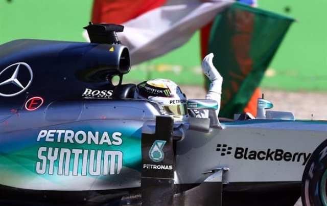 Hamilton, absoluto em Monza, praticamente encaminhou o tri, contando ainda com a inanição da FIA com relação a pressão dos pneus da Mercedes (AP)