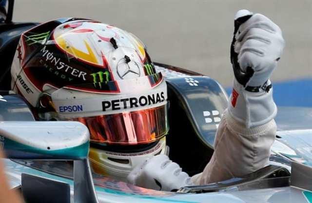 A celebração. Depois do pesadelo em Cingapura, Hamilton chega a esperada 41ª vitória, como o ídolo de infância, Ayrton Senna (AP)
