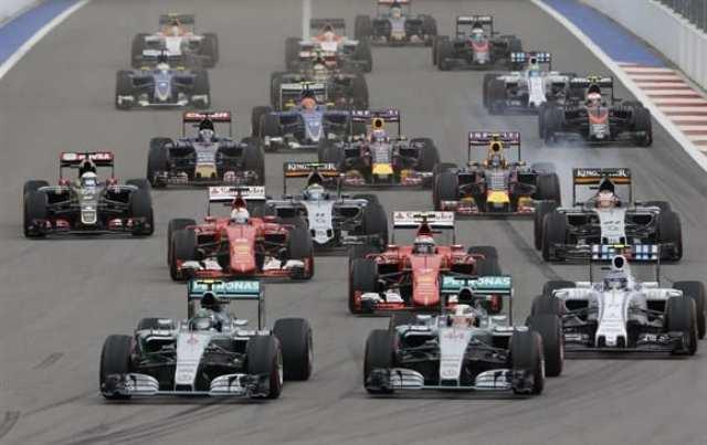 """Largada em Sóchi. Rosberg segura Hamilton """"a unha"""", mas seria traído pela embreagem voltas depois (AP)"""