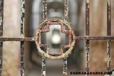 Eastern State Penitentiary - portão de entrda do hospital identificado pela cruz vermelha