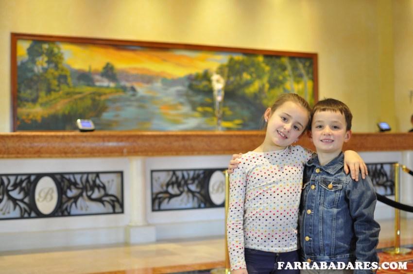 Nina e Liam na recepção do hotel Belterra Casino Resort