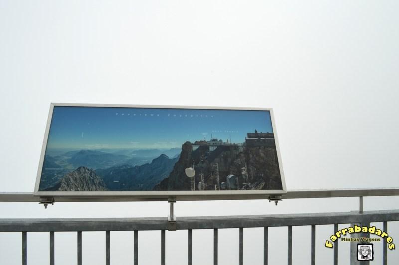 No topo do Zugsptize - e a vista que era para termos tido toda encoberta pela neblina
