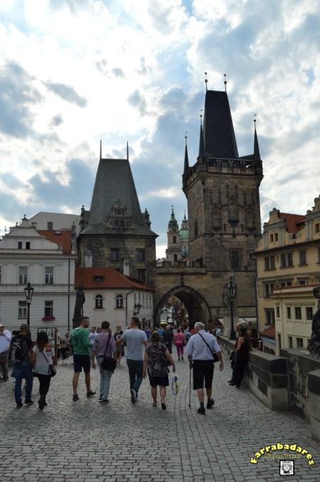 Praga acesso para a Ponte Carlos a partir de Mala Strana