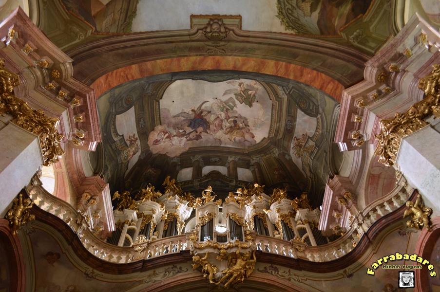 Interior da Catedral de São Nicolau em Praga - o órgão e a pintura no teto