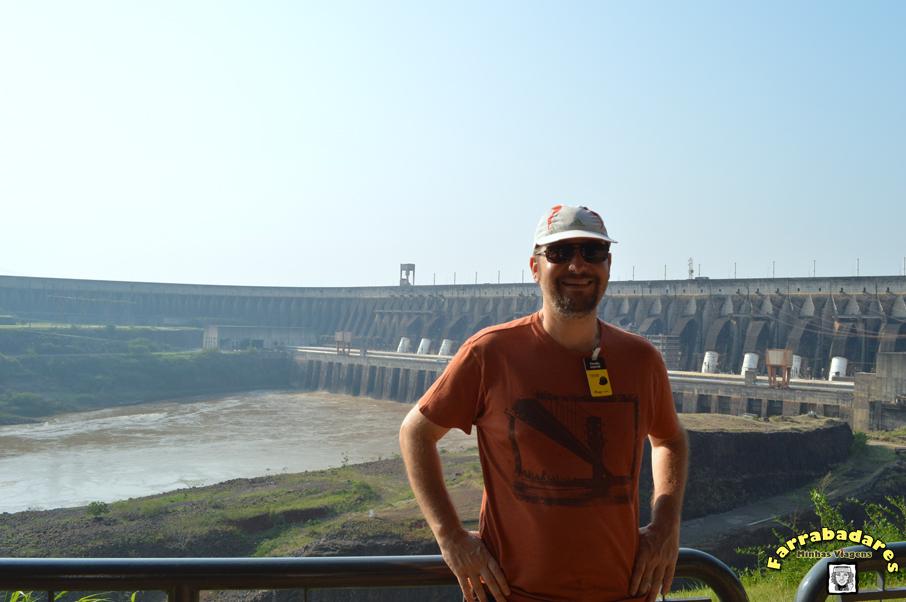 Foz do Iguaçu - Atrás do Rafa a barragem de Itaipu
