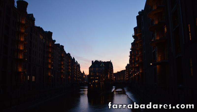 Fim de tarde no distrito dos galpões em Hamburgo. Foto tirada a partir da Ponte Poggenmühlen.