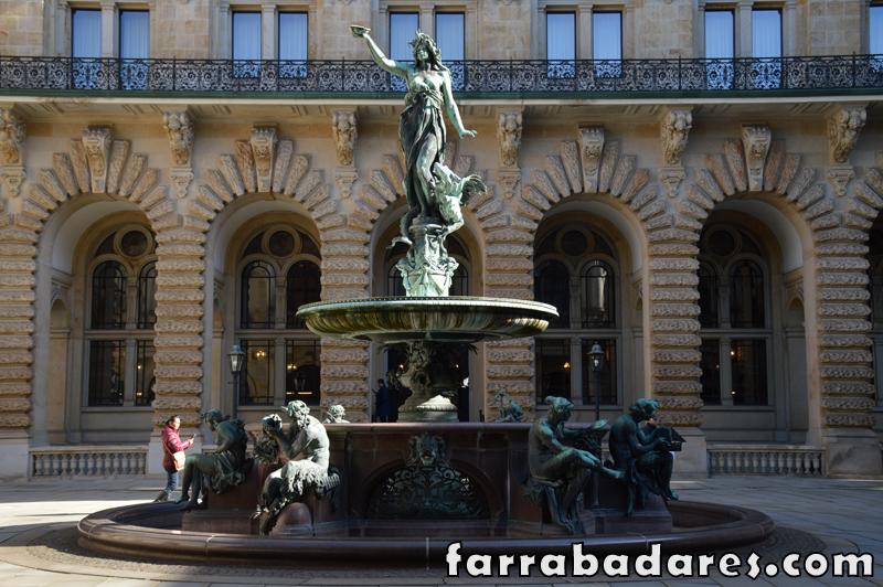 Essa fonte fica no pátio entre os prédios da Prefeitura e da Câmara do Comércio em Hamburgo.