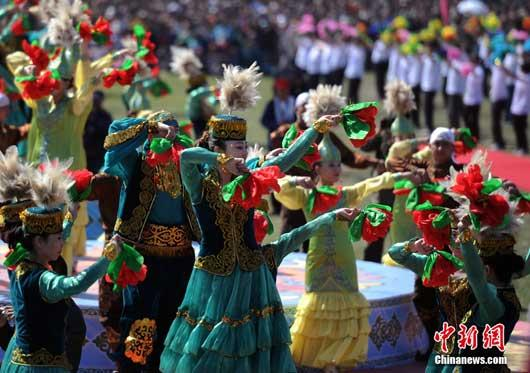 A record-breaking group of Xinjiang dancers in China