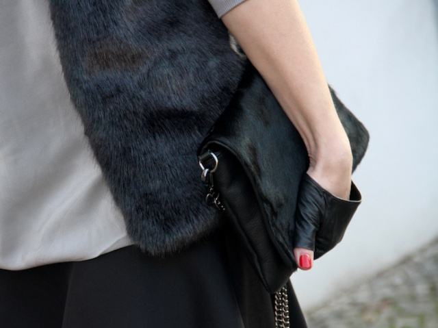 Outfit_Inspiration_Winter_FakeFur_Weste_Rock_grau_schwarz_Detail_0