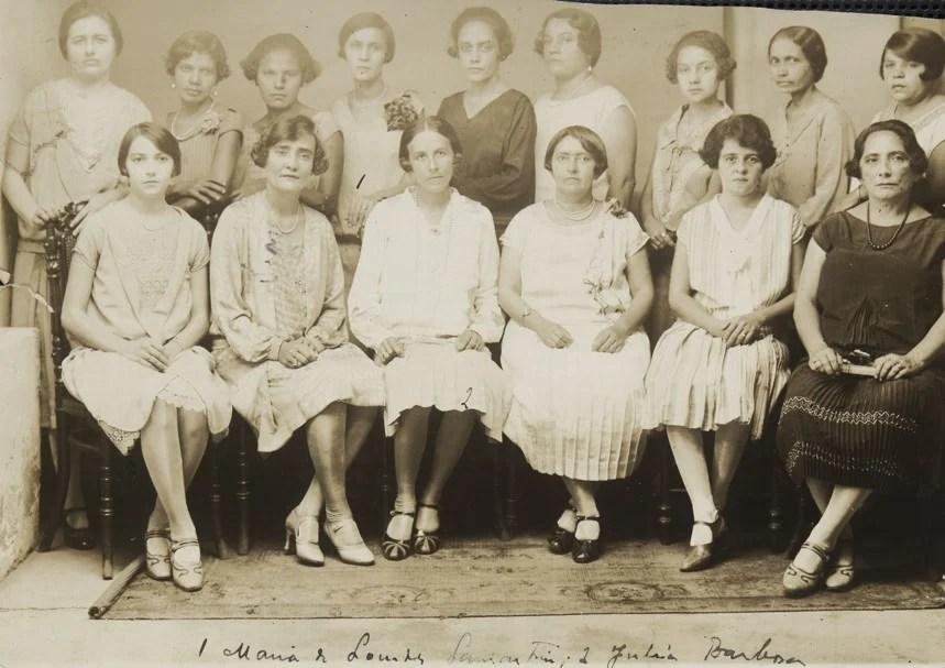 Mulheres posando sentadas com a moda dos anos 20