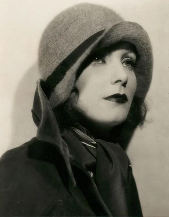 Retrato de mulher posando com chapéu dos anos 20