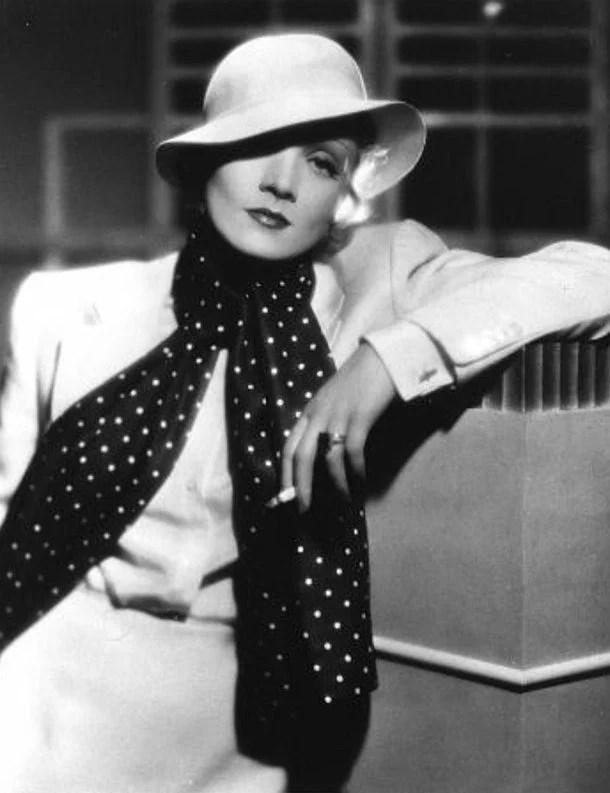 Mulher posando com chapéu e cigarro