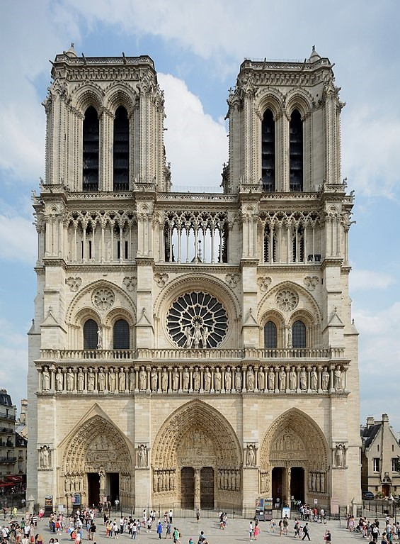 Foto da fachada principal da catedral de Notre-Dame de Paris