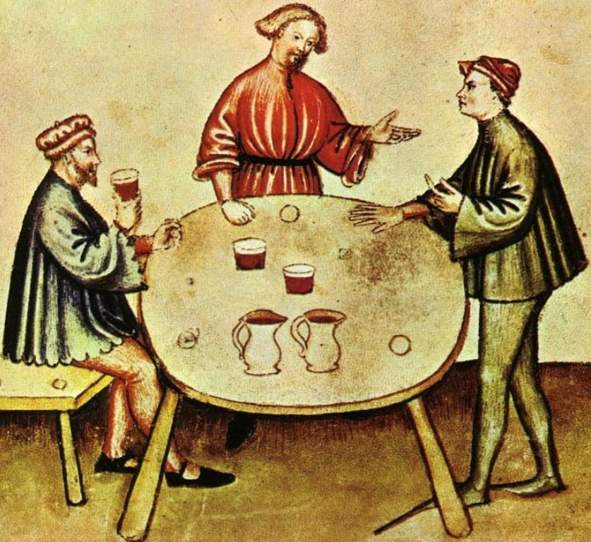 Ilustração de três homens ao redor de uma mesa vestidos com traje gótico medieval, um deles sentado a beber vinho e os outros dois a conversar em pé