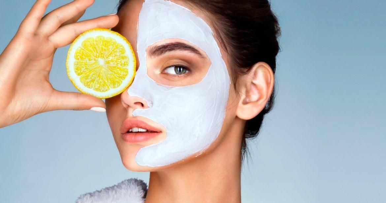 mulher com máscara facial no rosto