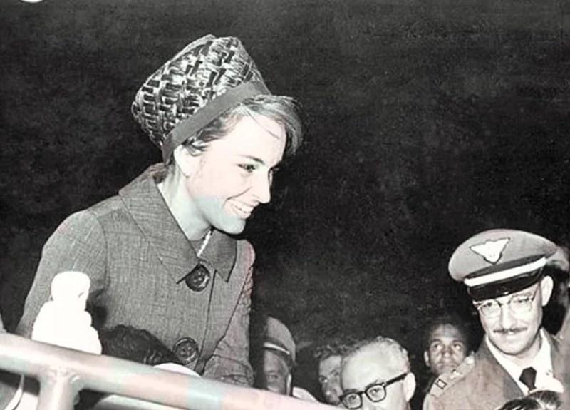Maria Thereza Goulart no palanque de terninho feminino e chapéu.
