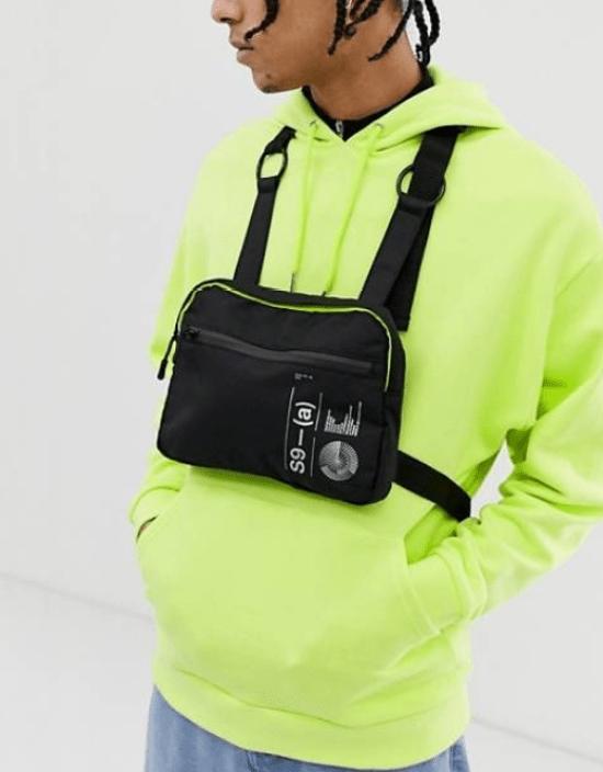 Bolsa masculina retangular de peito com detalhe neon no zíper