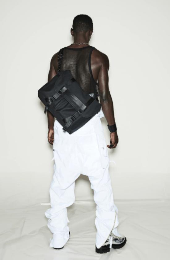 bolsa masculina grande transpassada nas costas com fivela.