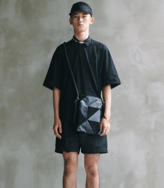 bolsa masculina transpassada tipo pasta de couro com recortes triangulares