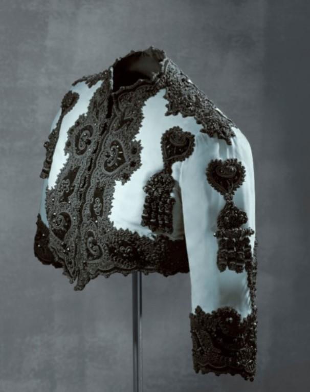 Jaqueta curta em estilo toureiro com seda azul e decoração em preto de Cristóbal Balenciaga.