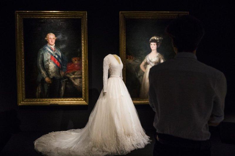 Um vestido de noiva de Balenciaga junto aos pinturas 'Carlos IV' e 'María Luisa de Parma' de Francisco de Goya.