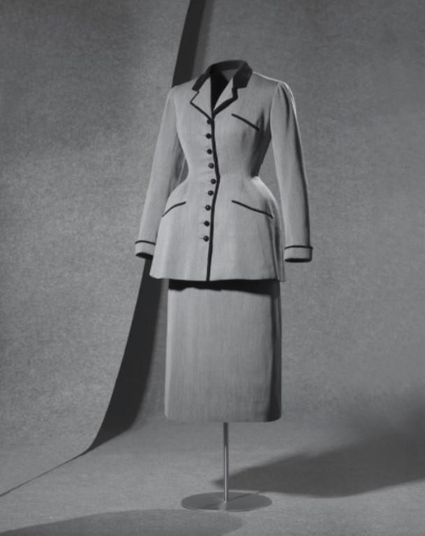 Conjunto em alfaiataria de lã cinza mármore e gola de seda preta da década de 40 de Cristóbal Balenciaga.