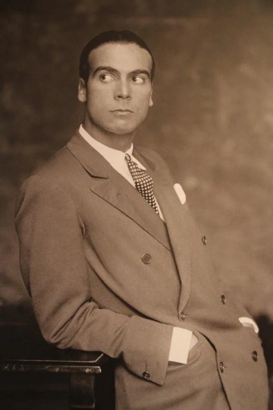 Foto de Cristóval Balenciaga jovem, posando com terno e gravata.