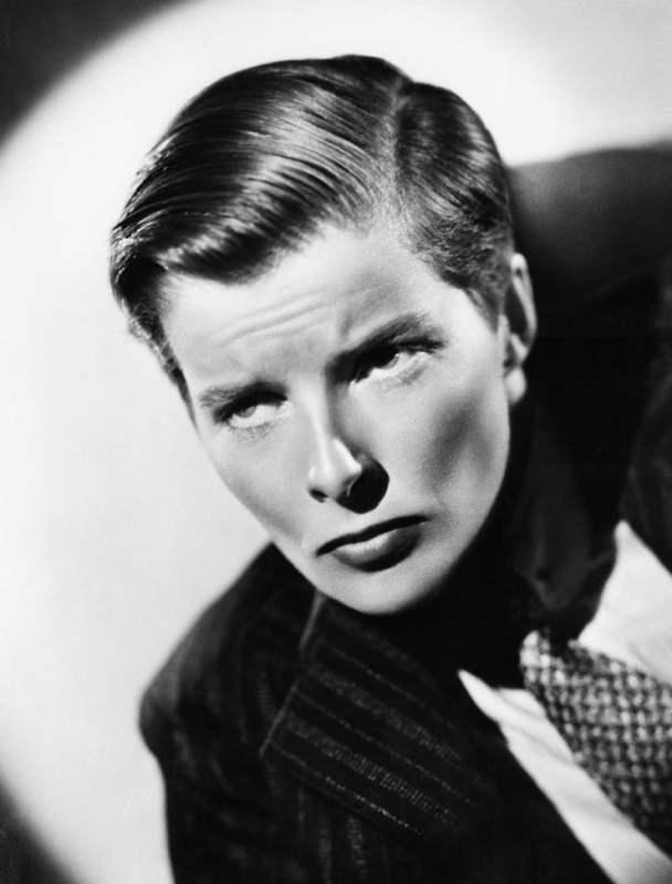 Katherine Hepburn vestida com gravata e terninho feminino no filme Sylvia Scarlett, de 1936.