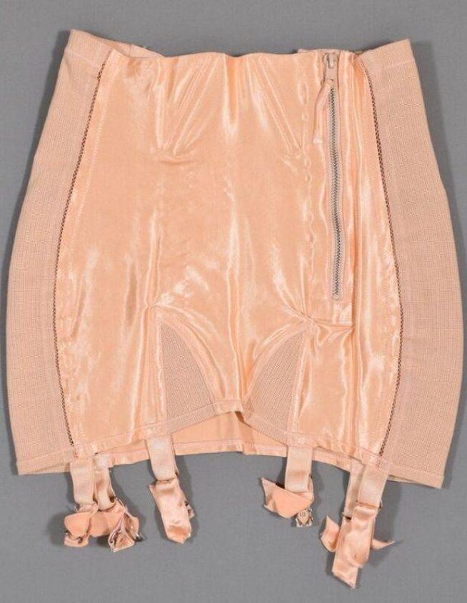 Foto de um corset com ligas nude com um zíper de metal na lateral