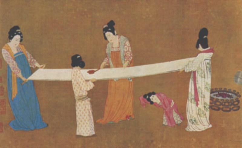 Mulheres esticando os fios de seda.