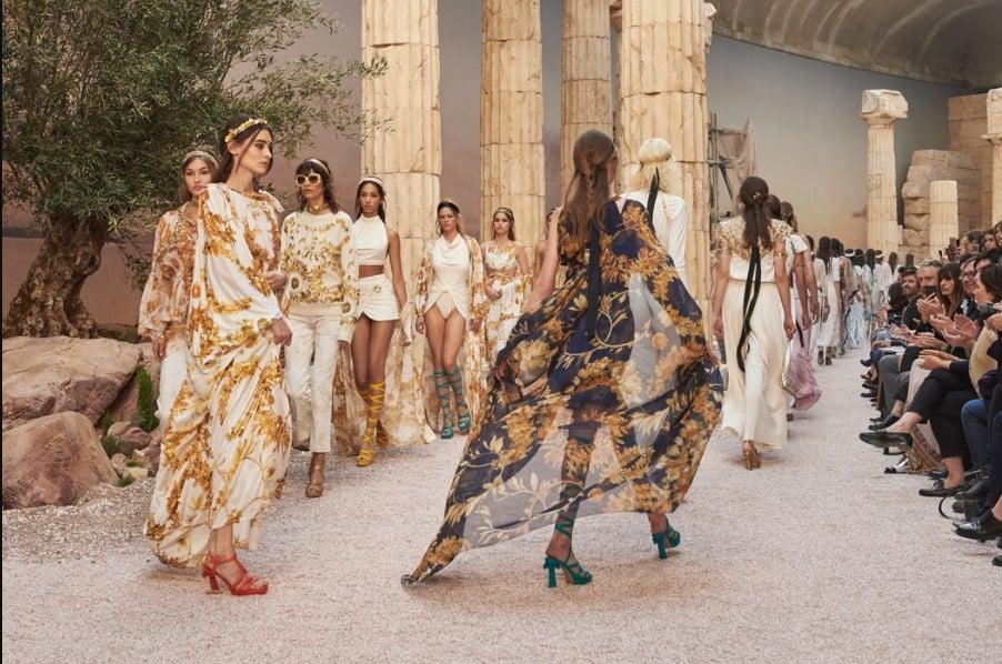 Modelos desfilando como deusas gregas com a coleção Chanel Cruise 2018.