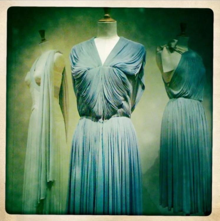 Exposição com manequins com vestidos drapeados de Madame Grès.