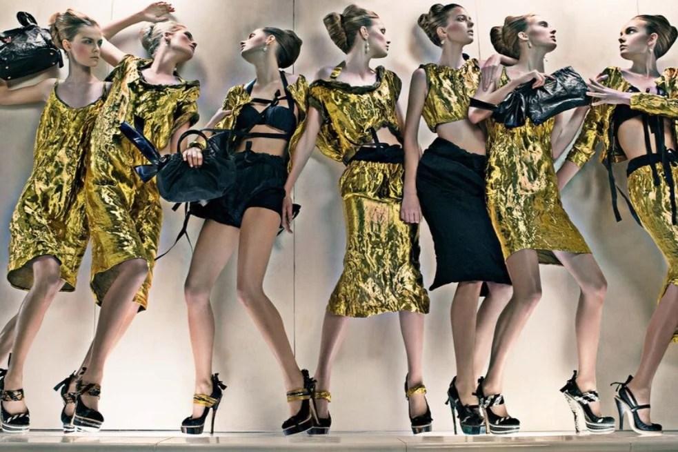 Modelos com roupas da coleção Prada SS 2009.