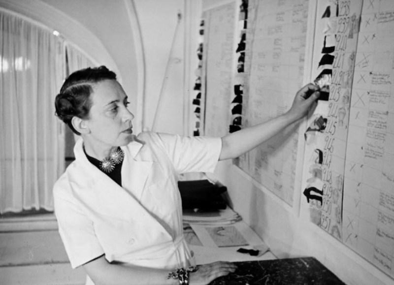 Elsa Schiaparelli estudando a sua nova coleção em 1938.