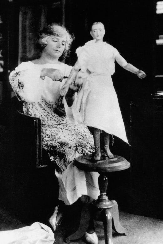 Madeleine Vionnet em seu ateliê, em 1930.