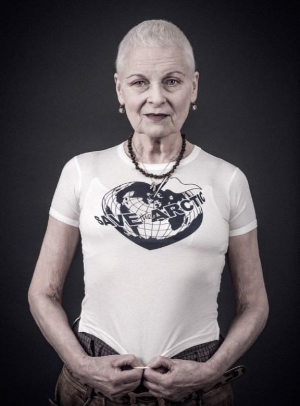 "Vivienne Westwood com camiseta da campana ""Save the Artic""."