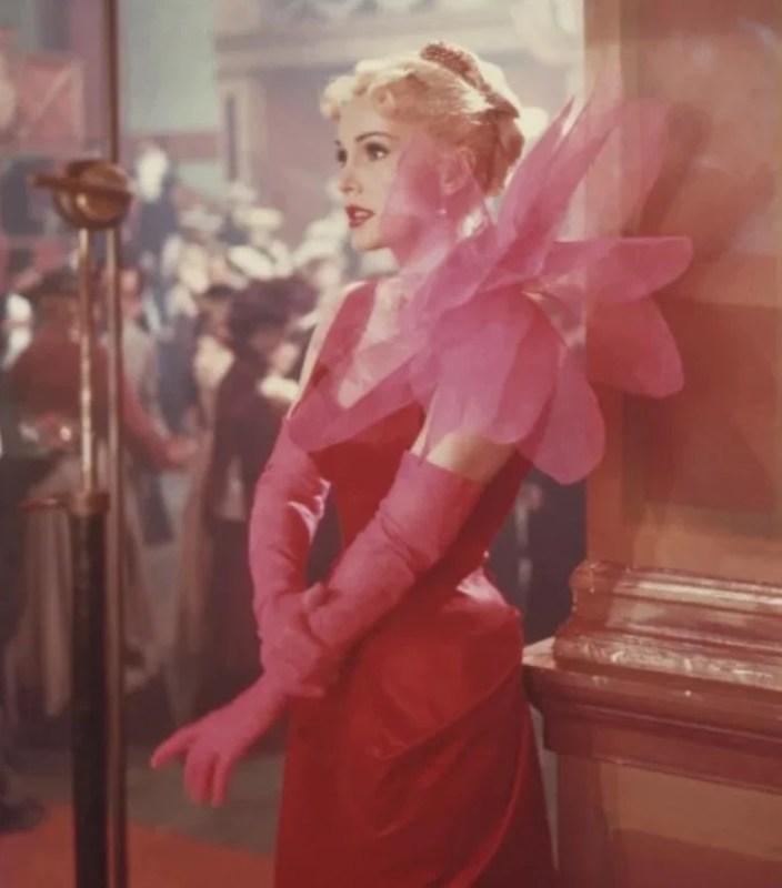 Zsa Zsa Gabor com um figurino de Jeanne Schiaparelli no filme Moulin Rouge.
