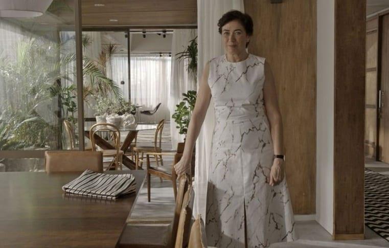 personagem silvana com vestido branco
