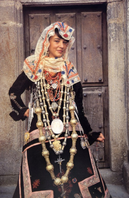 Mulher posando com um vestido de noiva típico de Salamanca, Espanha.
