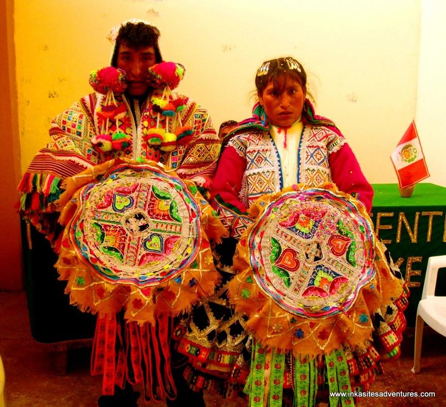 Casal peruano posando com um traje de casamento tradicional..