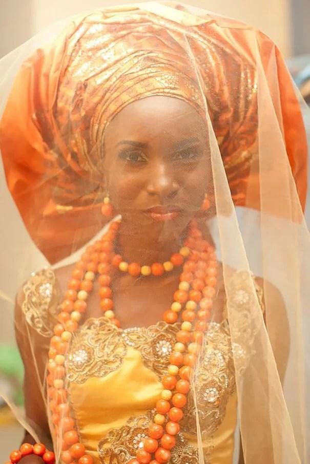 Foto de uma noiva nigeriana com um vestido laranja e turbante.