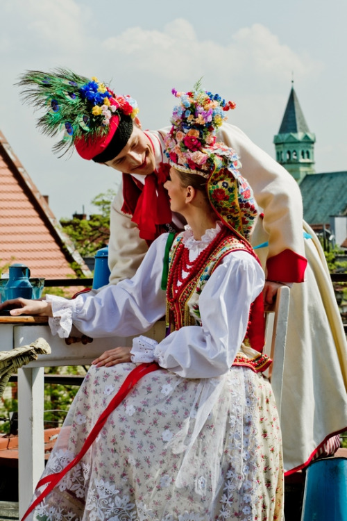 Casal vestido com um traje de casamento tradicional da Polônia.