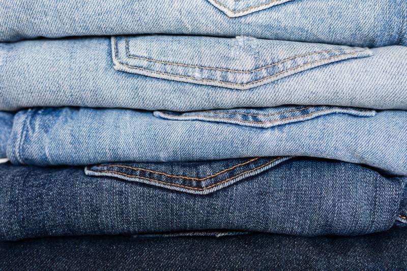 Foto de calças dobradas com diferentes lavagens de Jeans.